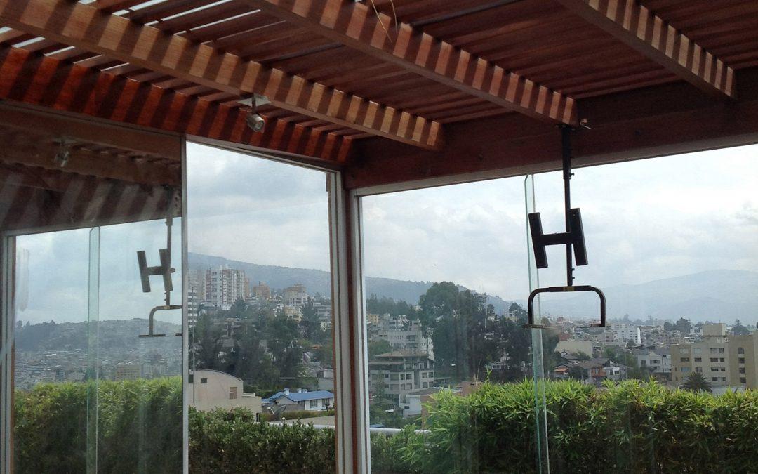 Pérgola de madera en Balcón Quito Tenis