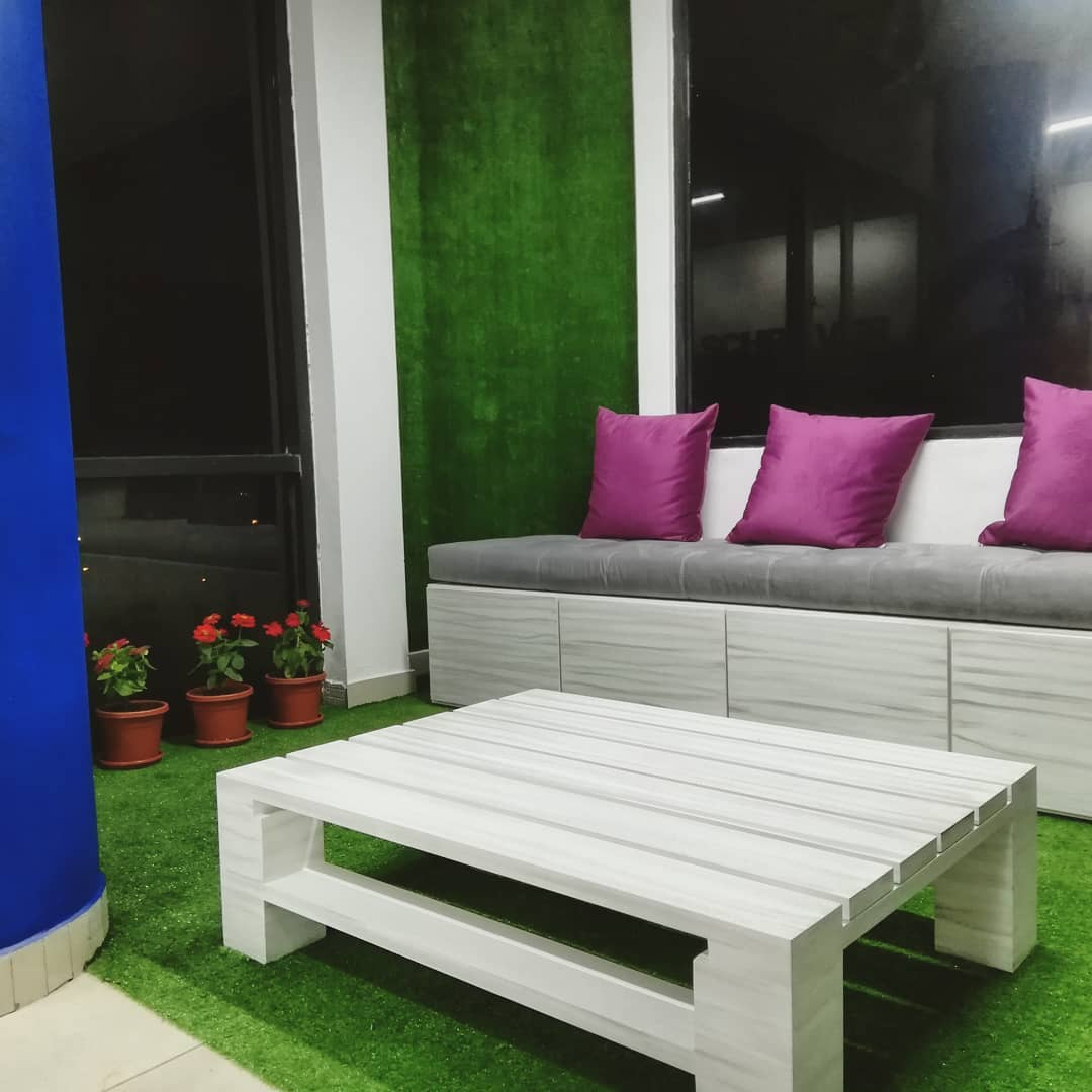 Implementación de área de recreación en oficinas. Muebles en MDF lacados envejecidos. Aplicación de césped artificial en piso y pared. Muebles decorativos y accesorios.