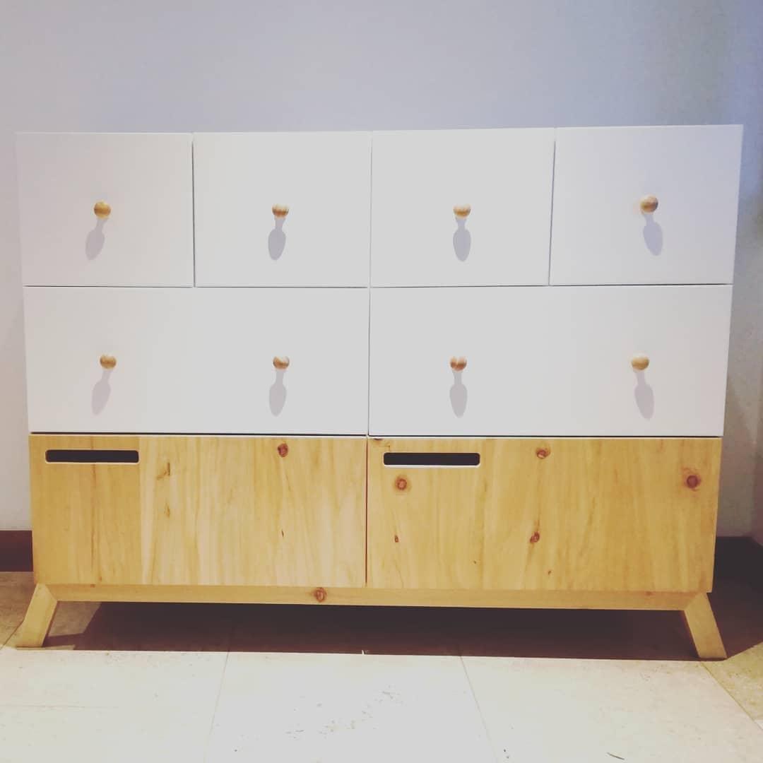 Cambiador para bebé en MDF lacado blanco y madera de ciprés natural