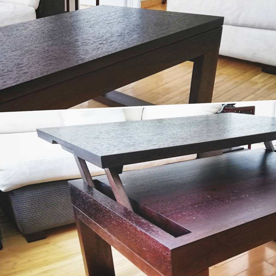 Es una mesa de centro en madera de Seike lacada color wengue mate. Tiene la función de ser también mesa de trabajo, ya que se puede alzar la superficie hasta llegar a una altura ergonómica para cumplir dicha función.